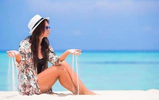 vrouw met zand in handen foto