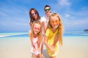 familie poseren voor een portret op een strand