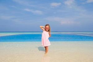 meisje bij een overloopzwembad foto