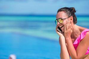 vrouw praten over een telefoon op het strand foto