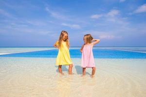 twee zussen die zich vermaken bij een zwembad foto
