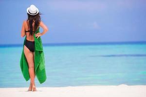 vrouw met groene handdoek op een strand