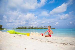 meisje speelt met strand speelgoed op zomervakantie foto