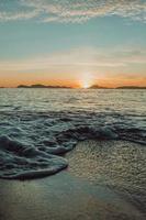 gouden zonsondergang op een strand foto
