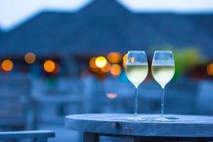twee glazen witte wijn op een terras