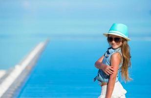 meisje in een hoed op een strand foto