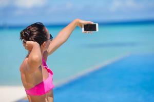 vrouw die een selfie met een telefoon neemt foto