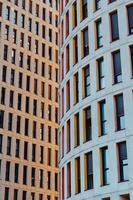 symmetrische gebouwen in een stad foto