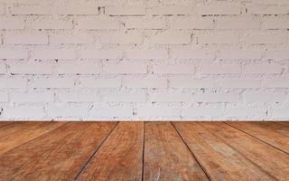 houten tafelblad met bakstenen muur foto