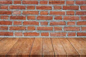 houten tafel tegen een bakstenen muur