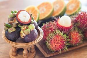 tropisch fruit op een tafel