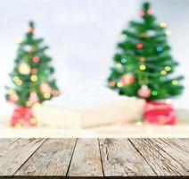 Kerstmisscène met vage boom en bokeh lichtenachtergrond foto