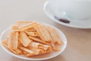 snack op een bord met een koffiekopje foto