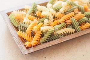 pasta op een houten dienblad foto
