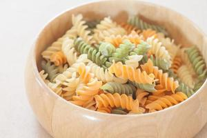 fusilli pasta in een houten kom foto