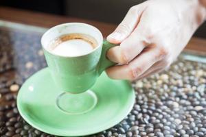 hand met een koffiekopje