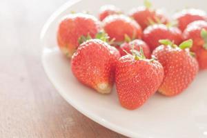 aardbeien op een bord foto