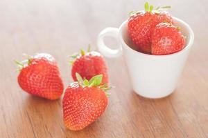aardbeien in een kopje foto
