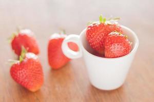 aardbeien op een tafel foto