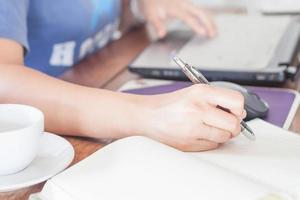 vrouw schrijven op een notitieblok