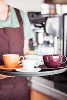 barista met een dienblad koffie