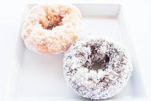 chocolade en vanille donuts met kokosvlokken foto