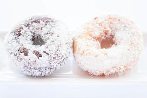 chocolade en vanille kokos donuts foto
