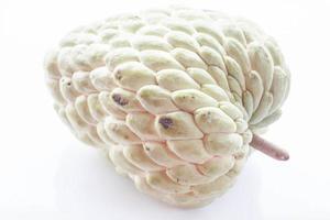 een custardappel op een witte achtergrond