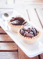 twee chocoladetaartjes op een houten tafel foto