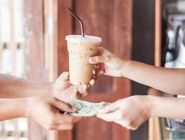 klant betaalt voor een kopje koffie