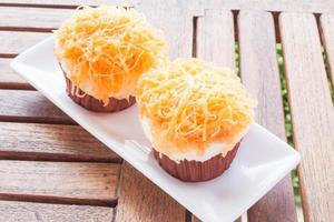 twee cupcakes op een tafel