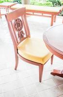 vacante gesneden houten stoel foto