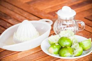 limoenen met fruitpers op een tafel foto