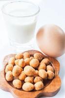 pittige pindasnack, ei en een glas melk foto