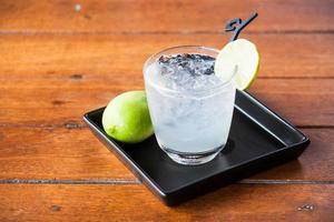 ijswater op een houten tafel foto