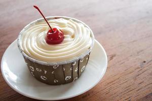 cupcake met een rode kers erop foto