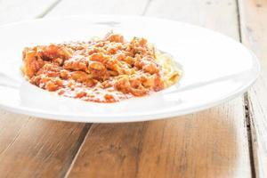 spaghetti in een witte schotel foto