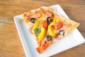 twee plakjes pizza foto