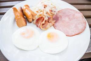 bord met ontbijt met eieren