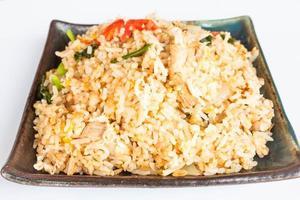 gebakken rijst op zwarte plaat