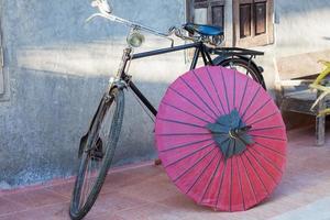 rode paraplu en een fiets foto