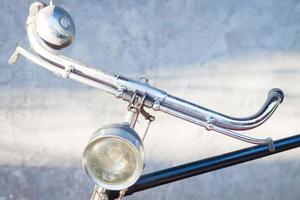 vintage fietsstuur met grijze achtergrond foto