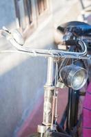 vintage fiets bij een muur foto