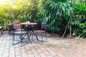 lege houten stoelen en tafels