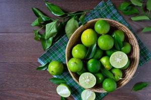 mandje met limoenen