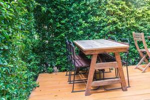 lege houten stoelen en tafels foto