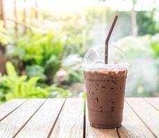 ijsthee chocoladekoffie met aardachtergrond foto
