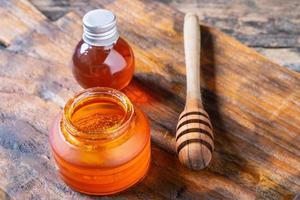 biologische honing op houten tafel foto