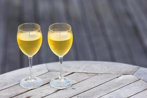 twee glazen wit op een tafel