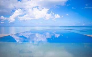 blauwe lucht en water op een strand